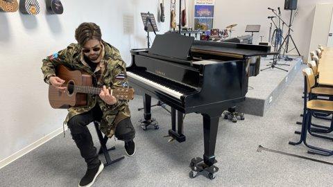 Waylon in muzieklokaal